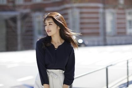 髪がなびく待ち合わせ中の日本人女性のポートレート
