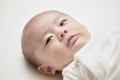 仰向けの赤ちゃん