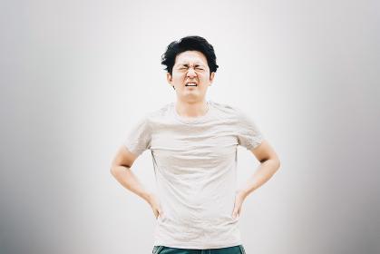 腰痛の若い男性