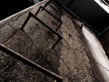 古いコンクリートの壁と金属のステップ