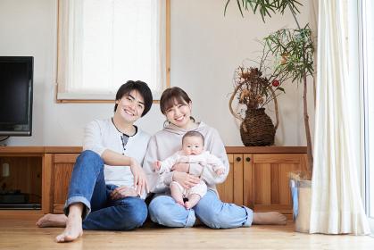 リビングで座るアジア人の家族
