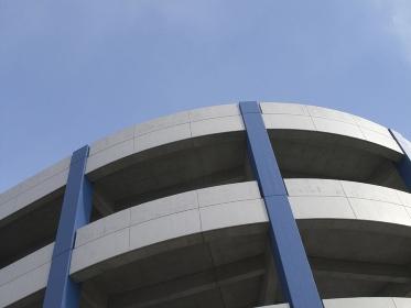 車通行用のループ式の建物