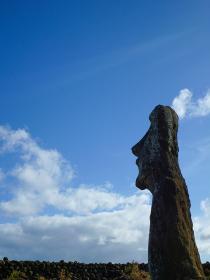 チリ・イースター島にて遠くの空を見つめる横顔のモアイ像上半身