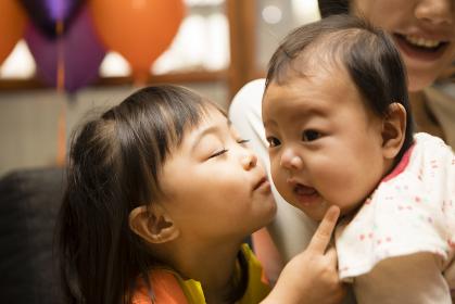 赤ちゃんにキスをする女の子
