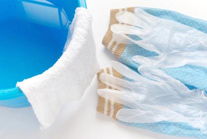 拭き掃除道具 アームカバーとビニール手袋と雑巾の掛かったバケツ