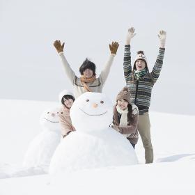 雪だるまの周りではしゃぐ大学生