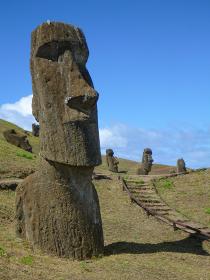 チリ・イースター島にて製造工場ラノララクにある無数のモアイ像