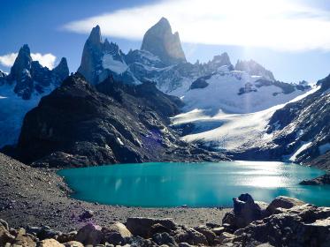 アルゼンチン・パタゴニア地方にて朝のフィッツロイ山頂とロストレス湖