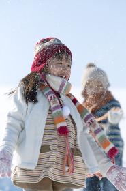 雪を舞い上げる子供たち
