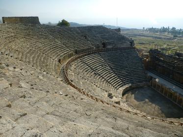 トルコ・パムッカレにてヒエラポリス古代遺跡の円形劇場