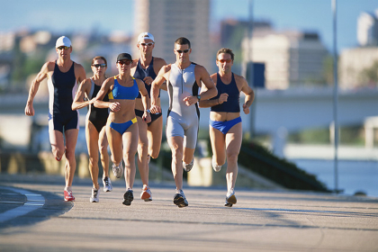 トライアスロンでマラソンをする人々