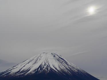 夕方富士五湖方面から富士を見ると月が出ていた