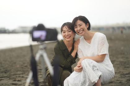 セルフタイマーで写真撮影する女性