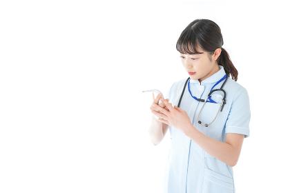 体温の計測をする看護師