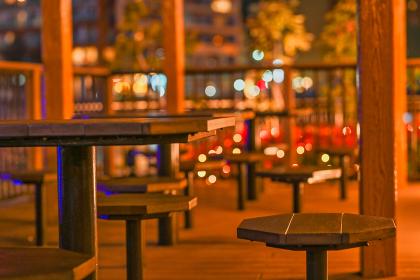 夜の椅子とテーブル