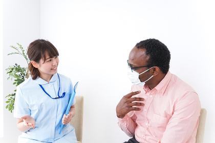 病院で診察を受ける黒人男性