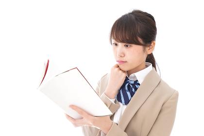 読書をする制服姿の学生