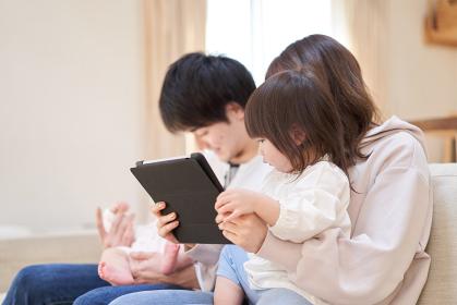 タブレットを見るアジア人の女の子