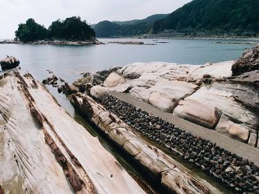 波食や風食によって形成された特殊な海岸