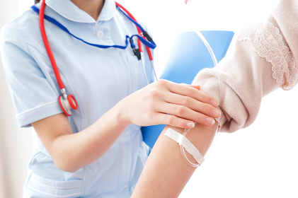 点滴をする女性と看護師