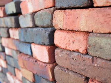 斜めアングルのレンガの壁