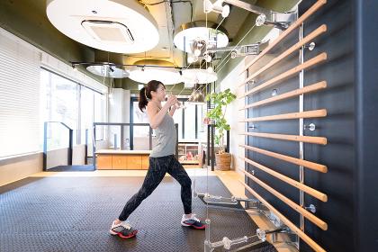上半身のトレーニングをする若い女性