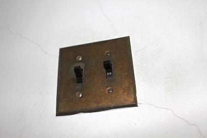 室内の電灯用の古いスイッチ