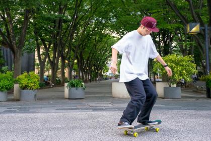スケートボードを練習する男性