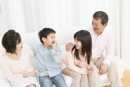 笑顔の老夫婦と孫