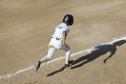 少年野球一塁へ走るランナー