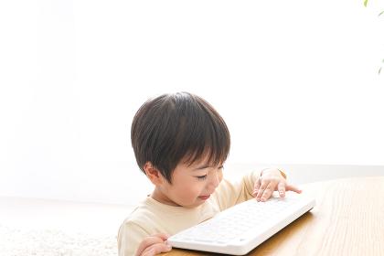 パソコンで遊ぶ子供