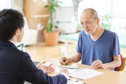 介護施設の説明を受ける高齢者