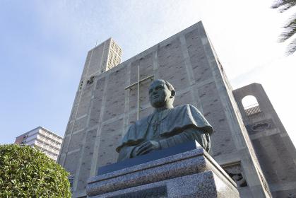 世界平和記念聖堂とヨハネパウロ二世像