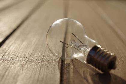 フィラメントの切れた電球のクローズアップ