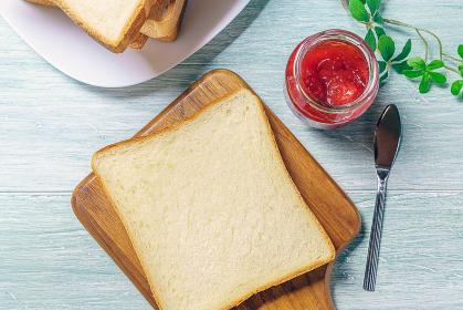 食パンと苺ジャム