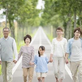一本道で手をつなぐ3世代家族