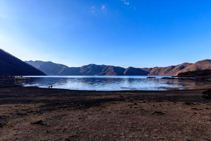 本栖湖畔駐車場からの景色と観光客