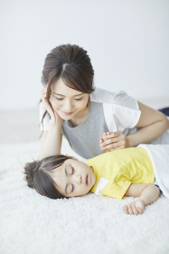 子供を寝かしつける母親