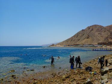 エジプト・紅海ダハブのブルーホールでのスキューバダイビング