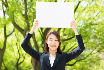 ホワイトボードを持つ女性 ビジネス