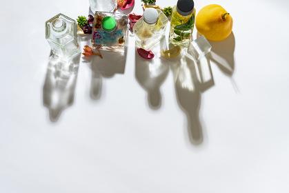 カラフルなハーバリウムの瓶と影