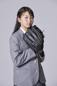 グローブを構える女子中学生