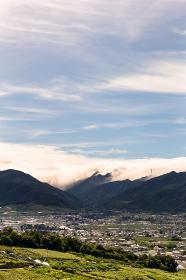 日本・7月の山梨県、梅雨の晴れ間の甲府盆地