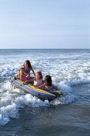 海でボートに乗り遊ぶ外国人の子供たち