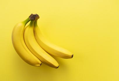 黄色い背景にバナナ