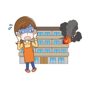 自宅マンションの火事にショックを受ける女性