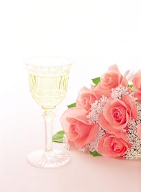 ワイングラスと薔薇の花束