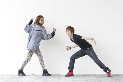 ダンスを踊る男性と女性