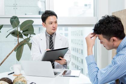 医師の診察をうける男性