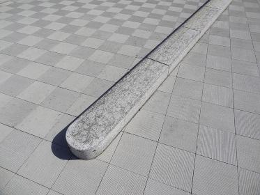 スケートボードで汚された公共施設